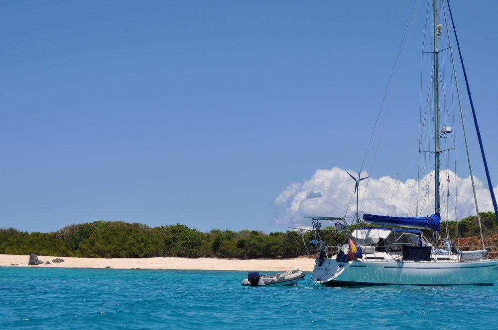 La isla de Culebrita y un velero descansando en sus aguas. Foto: Pamy Rojas