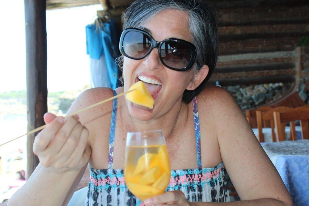 En Procida, el vino blanco con pedazos de melocotón que me preparó la mesera del restaurante frente a la playa, porque yo quería vino dulce. FOTO: Xaimara Rolón