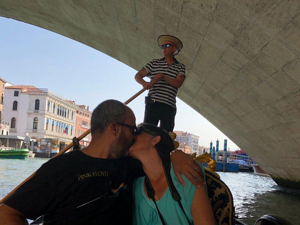En Venecia, el beso bajo el puente. Te amo esposo. FOTO: Gabriel Rodríguez Rojas