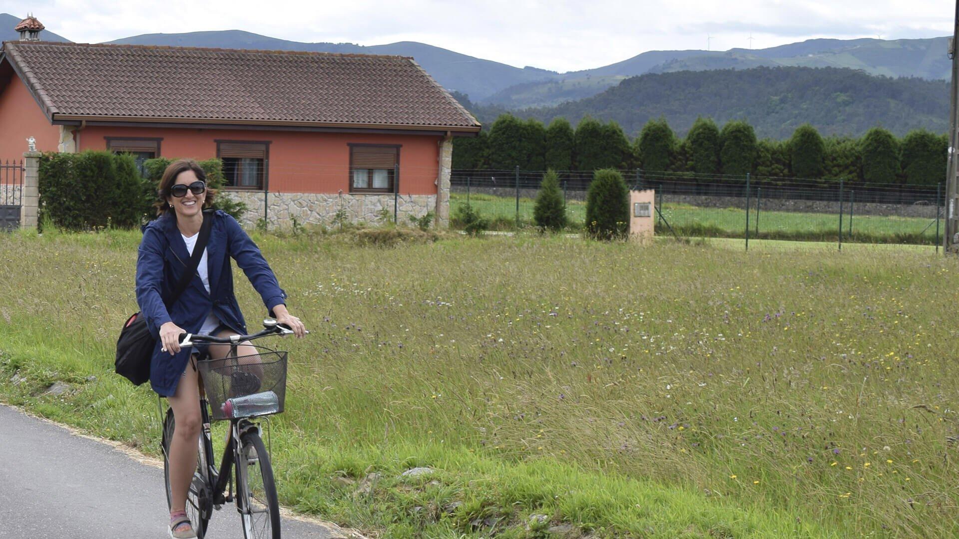 Ir en bicicleta permite que disfrutes más del paisaje, hagas ejercicios y ayudes a cuidar el medio ambiente.